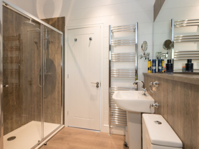 Double shower en suite