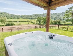Kitty's View Country Lodges Hot Tub
